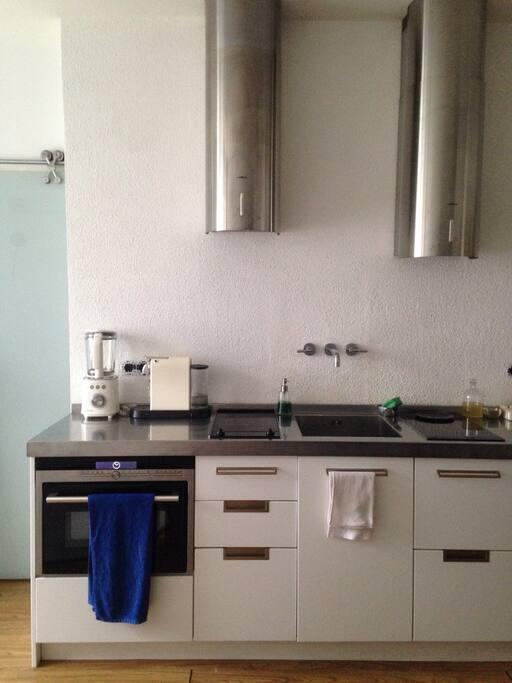 Тут есть все для кулинарных занятий. А в ящичках и шкафчиках штучки, облегчающие готовку и сервировку.