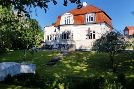 Patriciervilla med egen bæk - Randers - Σπίτι