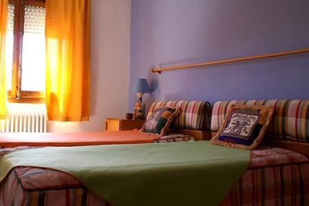 Hab. doble + 1 cama + si necesario - Can Colom - Pla de Llerona - 단독주택