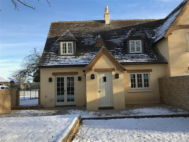 THE HENHOUSE, pet friendly, with open fire in Tetbury, Ref 988853
