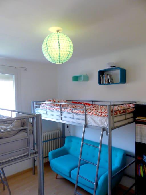 Chambre bleue : le 2ème lit mezzanine avec canapé