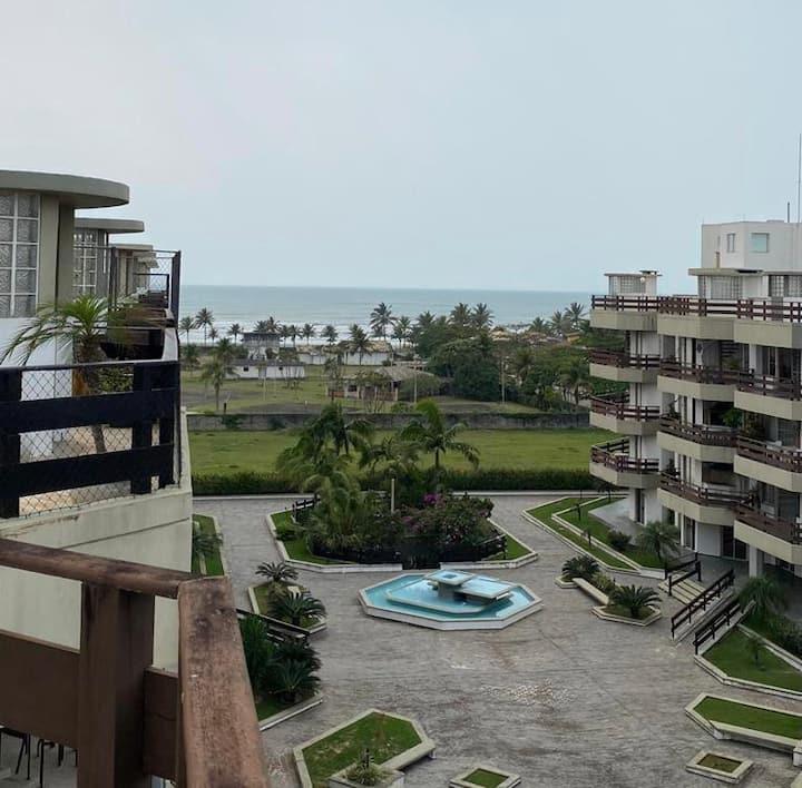 Apartamento duplex com piscina e vista ao mar