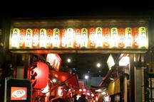 """Hakodate Hikari no Yatai Daimon Yokocho"" that warmly welcomes all people can rediscover the fun and bustling of the town and enjoy a wide variety of dishes that make use of the rich foods of Hakodate."