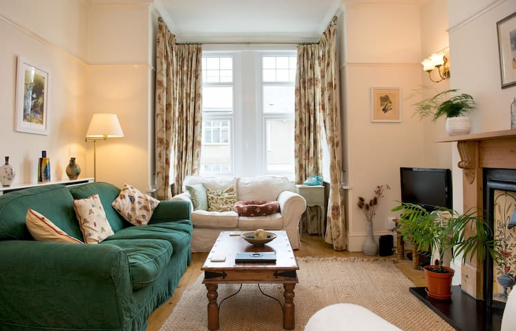 A beautiful spacious double room in a cosy home.