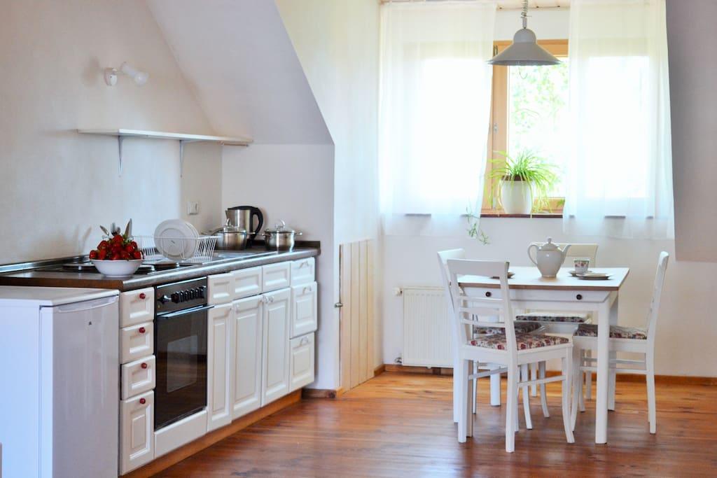 Küchenzeile und Essbereich