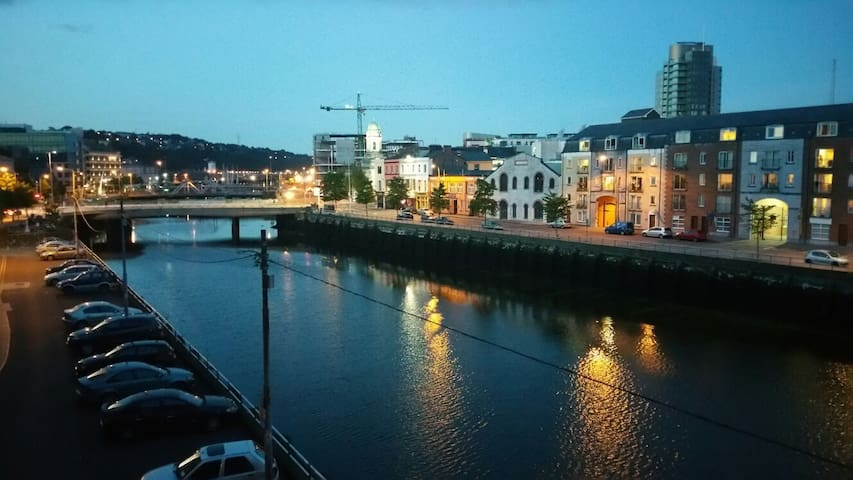 Double bed overlooking River Lee - Cork - Wohnung