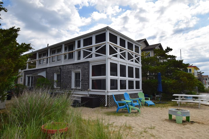 The Showboat: charming, historic bayfront cottage.