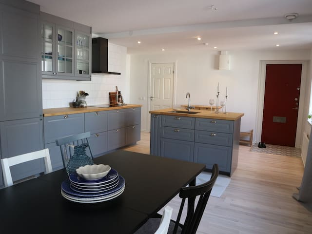 Cozy modern apartment, 10 mins from city center