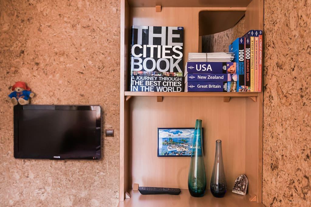 Larisa: Можно и поработать в комнате. Очень удобный стол и много интересных книг, игрушек и разных мелочей для туристов. Вода, печеньки, щетки, планы с магазинами и кафешками и много всего другого вы найдете в этой маленькой комнатке.