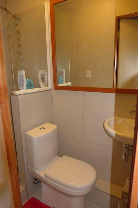 moderno y cómodo segundo baño