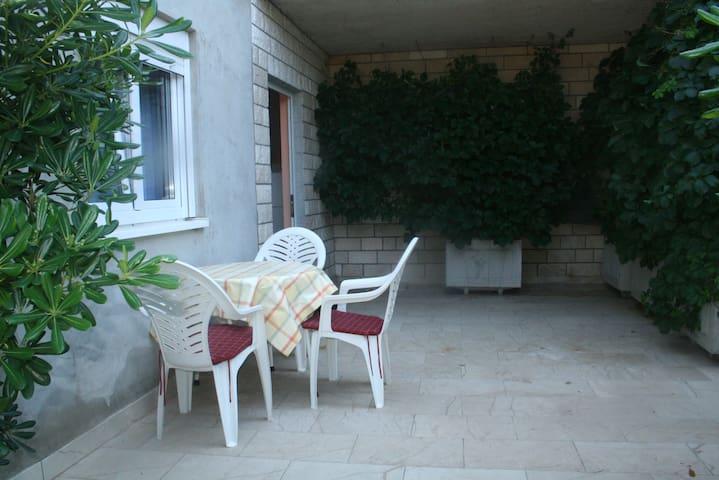 Small Apartment for 3(close to Novalja) - Kolan - Hus