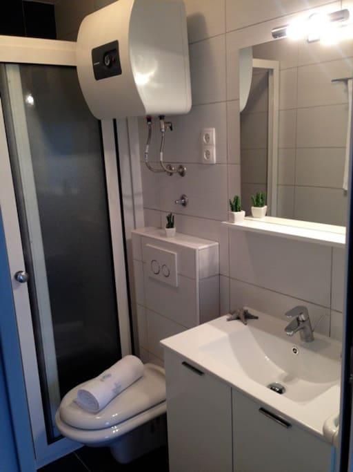 EInes der Badezimmer - das kleinere   / One of the two bathrooms - the smaller one