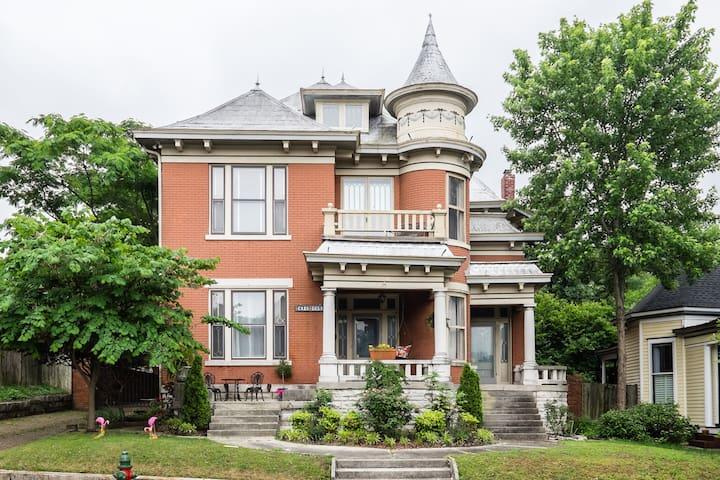 Casa Lola - Hip Victorian