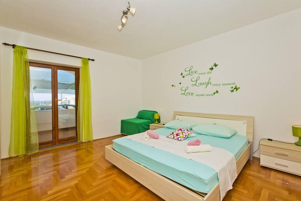 Room 2 (Green)