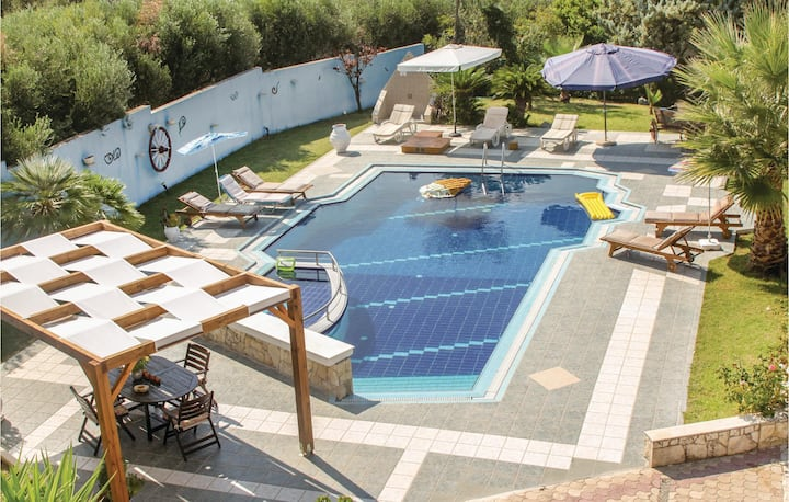 Amazing home in Gazi Heraklion with WiFi and 4 Bedrooms
