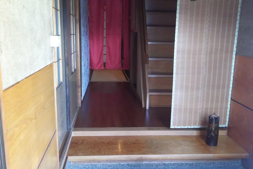 階段下にトランクを収納できるので、部屋を広々と使えます