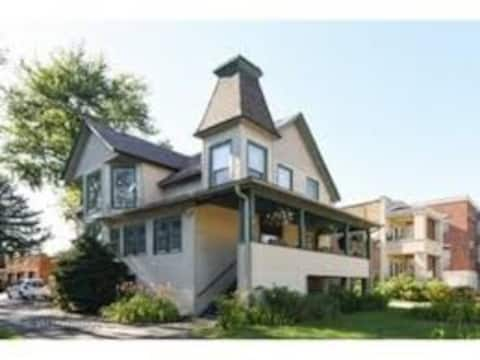 A+amazing beauty, entire 2 BR Skokie historic stay