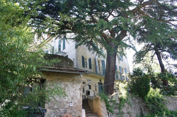 Dans propriété verdoyante du 19 ème siècle