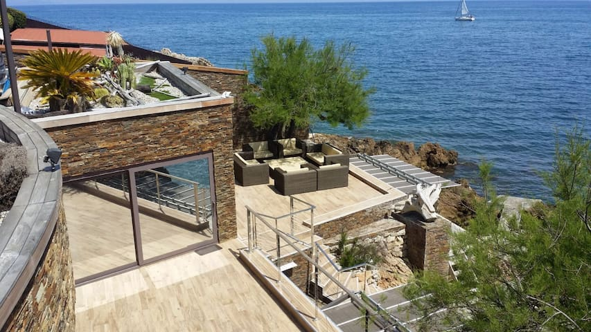 Exclusive villa on the beach for private holidays