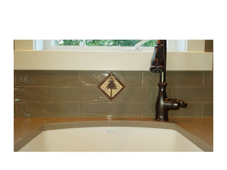 Deep sink with tile backspash with details
