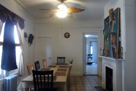 Private Bedroom: Close to Manhattan - Бруклин - Дом