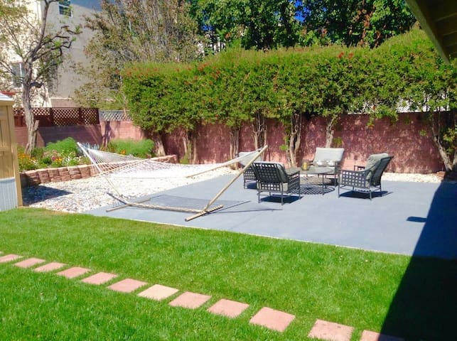 Charming bedroom in a nice location - Van Nuys