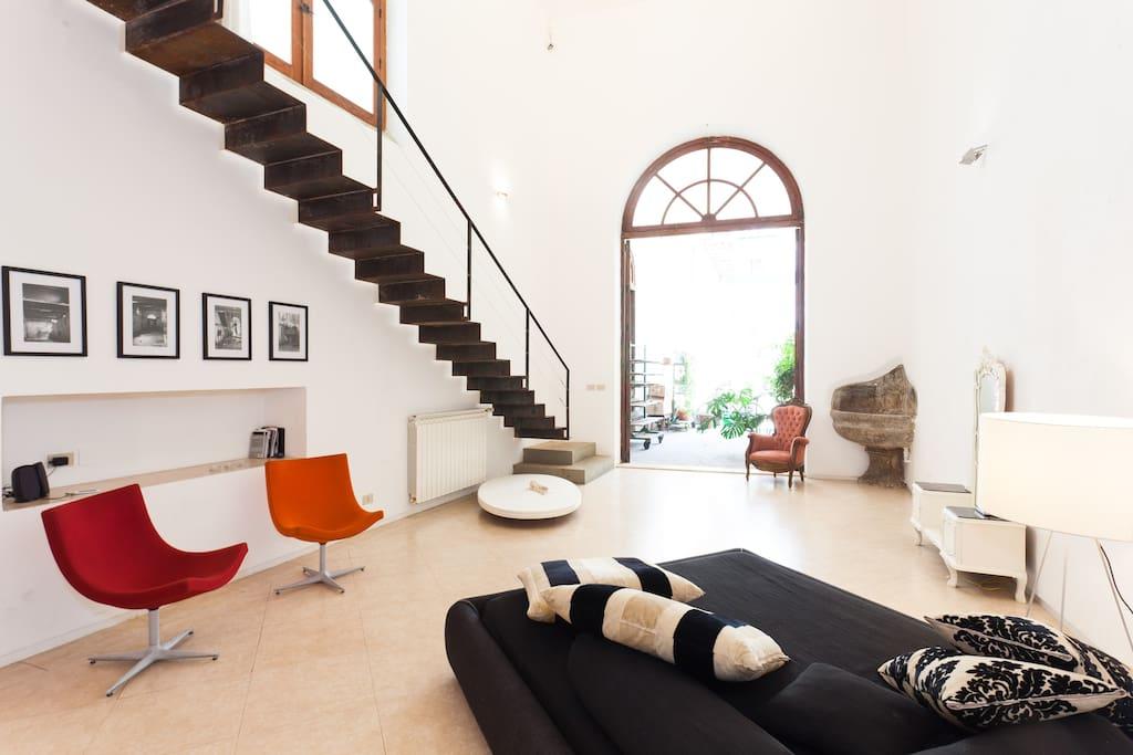 Loft92 2 levels of pure design lofts zur miete in for Soggiorno con scala arredamento