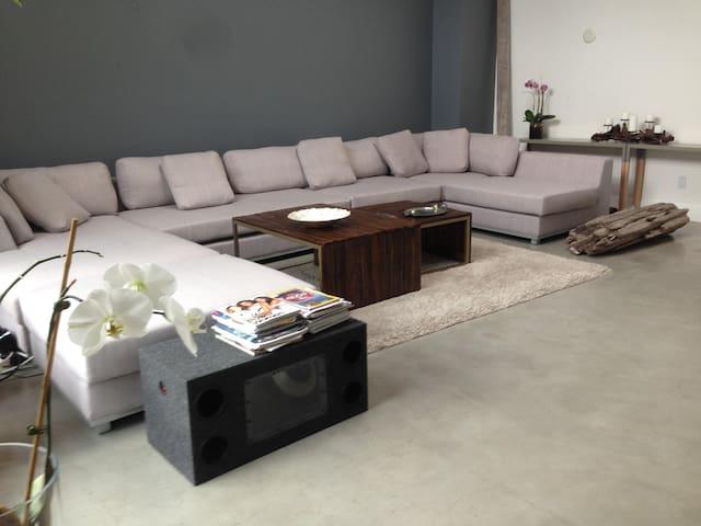 Huge & Sunny 3 Bedroom Loft w/ parking 30 day min