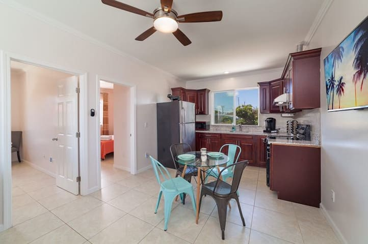 Near-Waikiki- UHMDiamond Head 2BR With Parking