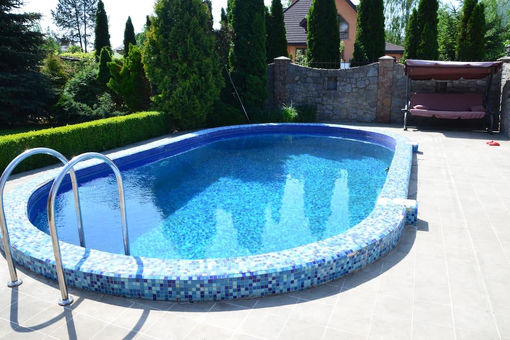 бассейн с зоной отдыха