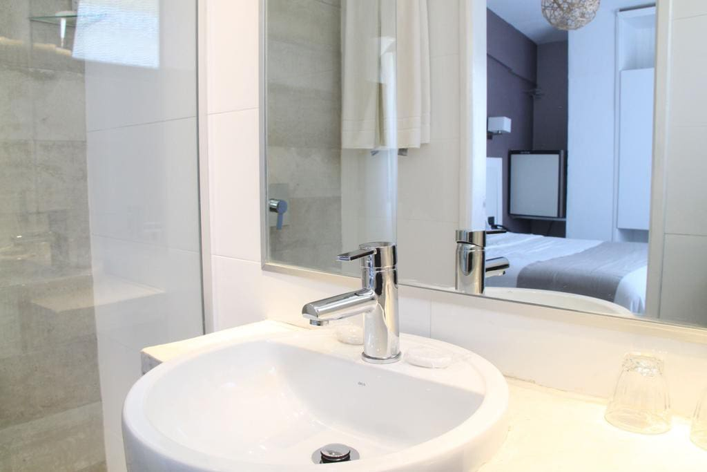 Private bathroom - Standard double/twin room