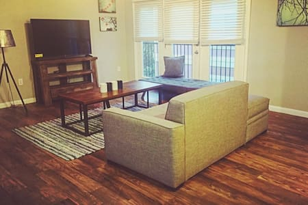 BEST LOCATION in Bricktown, lots of sleeping space - Huoneisto