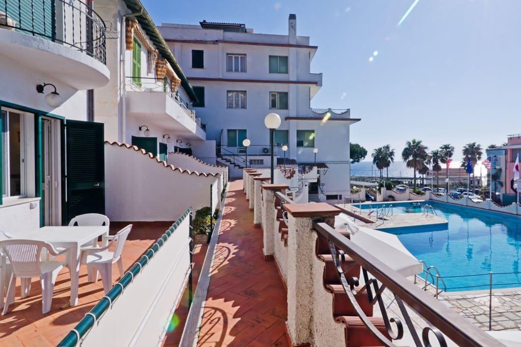 Ingresso Appartamenti con vista sulla piscina e mare