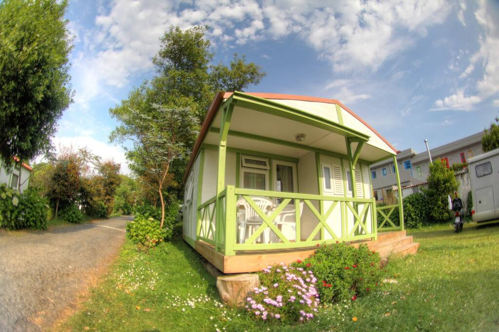 Bungalow - Side-View with green