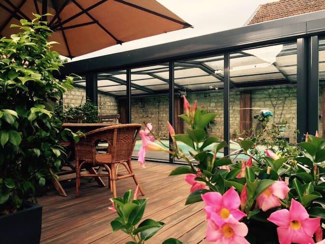 Maison art déco centre ville avec piscine chauffée - Dole - วิลล่า