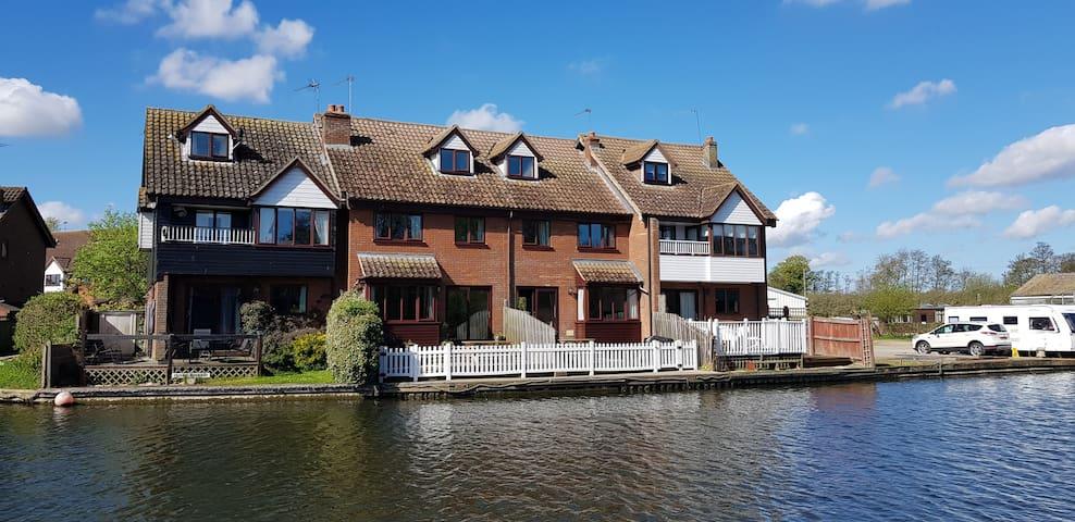 Riverside Cottage Wroxham. Fishing & boat mooring