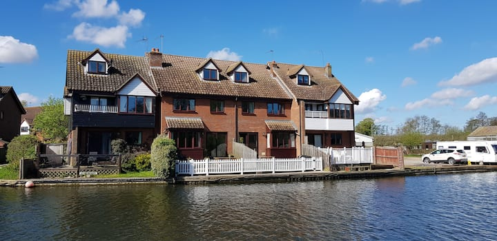 Riverside Cottage Wroxham. Fishing & boat mooring