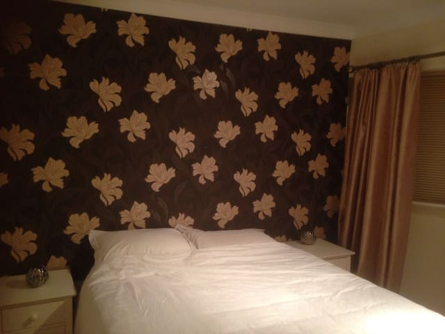 LARGE DOUBLE ROOM IN CLEAN COSY COMFORTABLE HOUSE