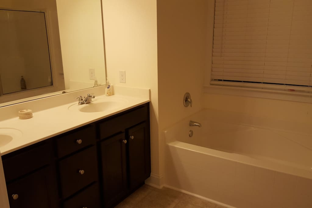 Double vanity, soaking tub in upstairs master