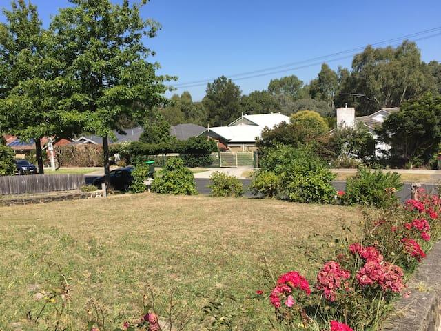 花园中的房子尽享城中花园别墅的便捷与宁静 - Box Hill South