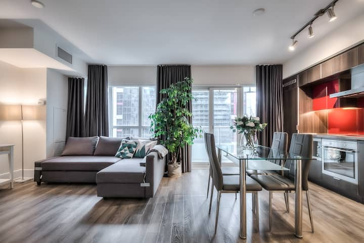 Luxurious heart of downtown condo next to CN Tower
