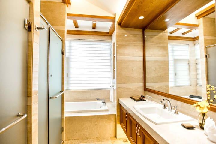 束河古镇旁双卧别墅2室1厅3卫1厨 玉龙雪山下 提供取暖设施  洗衣机 冰箱 停车位
