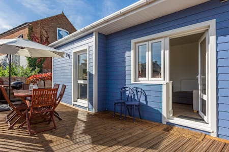 Seaside style cabin in central Cowes
