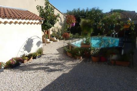 Villa calme, jardin fleuri, piscine - Avignon