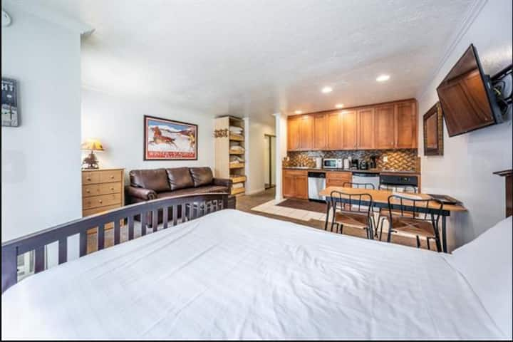Cozy studio close to slope and golf - new listing!