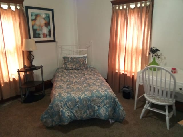 #C/Hite Large home/room, wifi, cable,washer,dryer