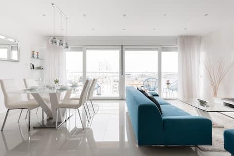 Неверојатни погледи од балконот во сјаен стан