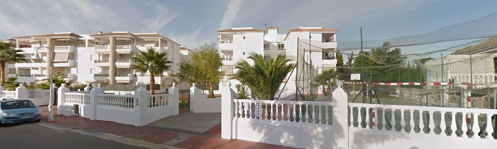 Apartamento con patio, paddel, piscina...