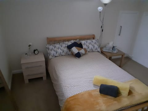 Warm, Bright, Peaceful room (15 mins to London)