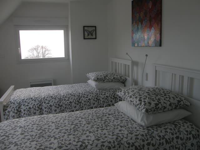 chambre avec 2 lits de 90x200 et salle d'eau privative. Lits déjà faits à l'arrivée. Vue sur baie de Morlaix.